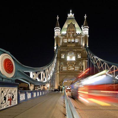 London met een dubbeldekker die snel over de Tower Bridge rijdt..