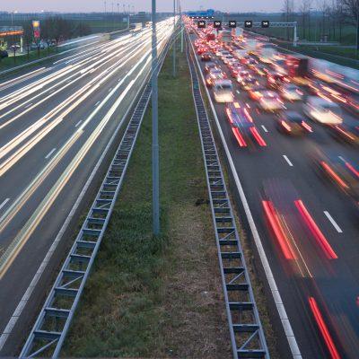 De A4. Links op hoge snelheid. Rechts langzaam rijdend verkeer.