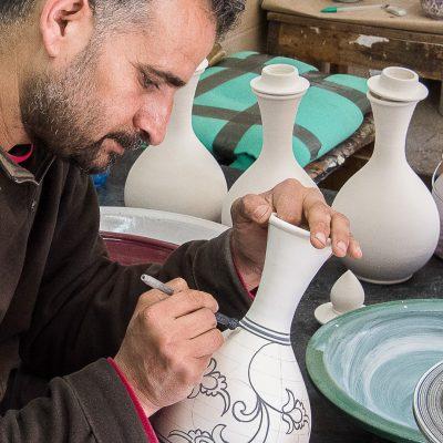 Artiest in de aardewerkfabriek