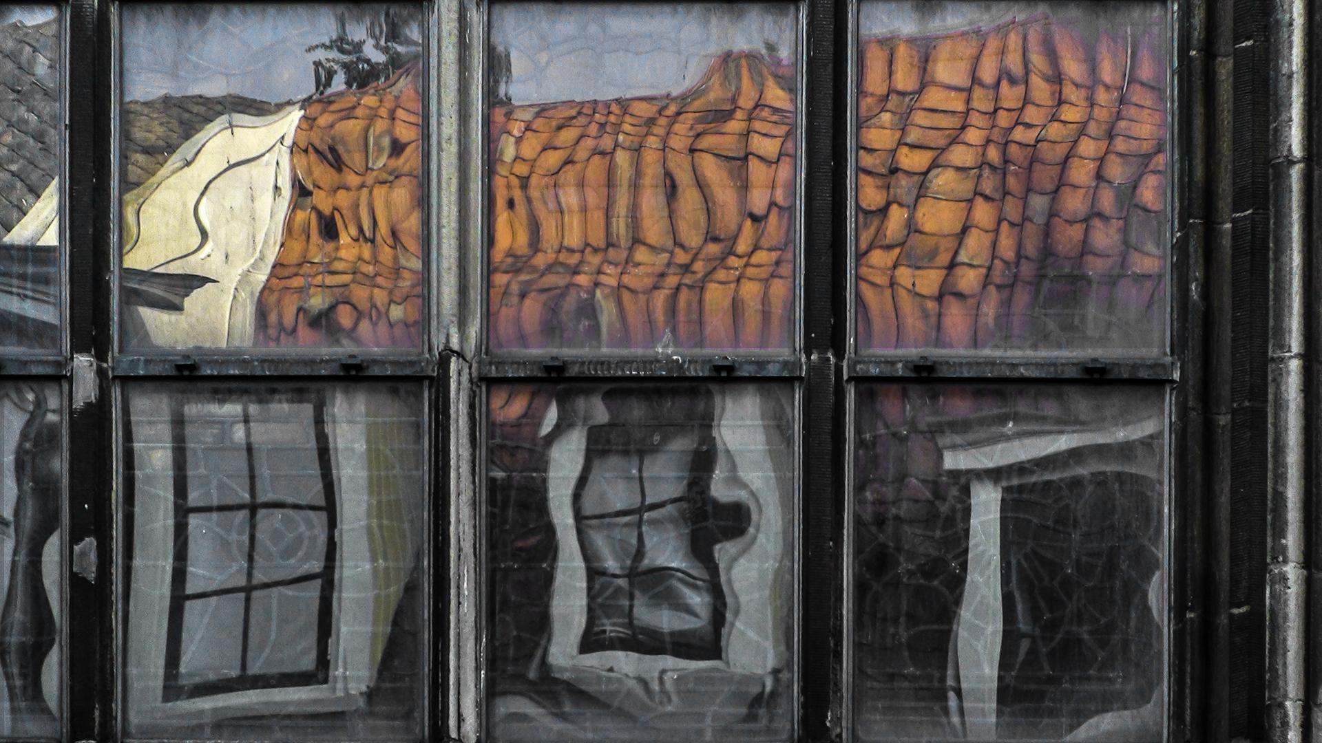 Leiden - reflectie in oud glas.