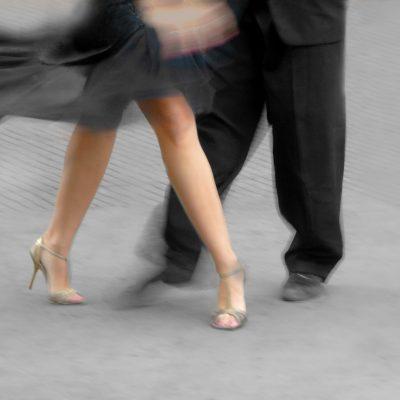 Een tango leraar met zijn leerling.